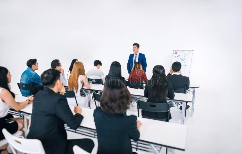 Presentazione dell'uomo d'affari in una sala riunioni di conferenza ed in un pubblico del conferenziere fotografia stock libera da diritti