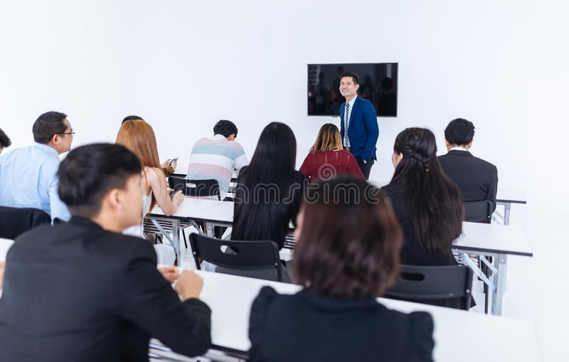 Presentazione dell'uomo d'affari in una sala riunioni di conferenza ed in un pubblico del conferenziere fotografia stock