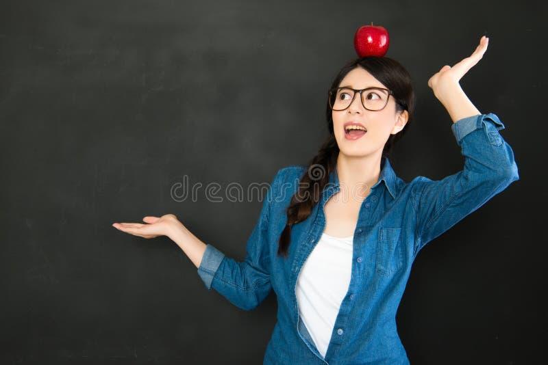 Presentazione dello studente universitario la sua idea di creatività con il app rosso immagine stock