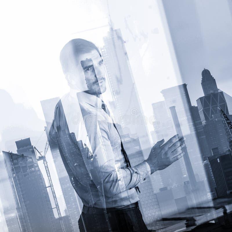 Presentazione di affari sulla riunione corporativa contro le riflessioni della finestra di New York City immagini stock libere da diritti