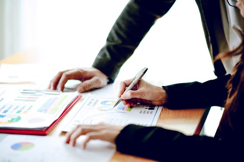 Presentazione di riunione d'affari effetto Fi di analisi di concetto di ampio immagine stock