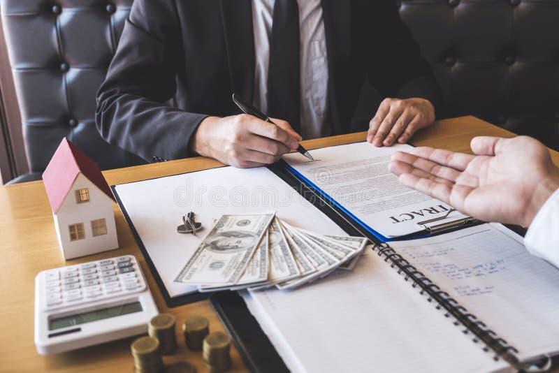 Presentazione ed attesa del mediatore dell'agente immobiliare al cliente dopo la firma del bene immobile del contratto di accordo fotografia stock libera da diritti