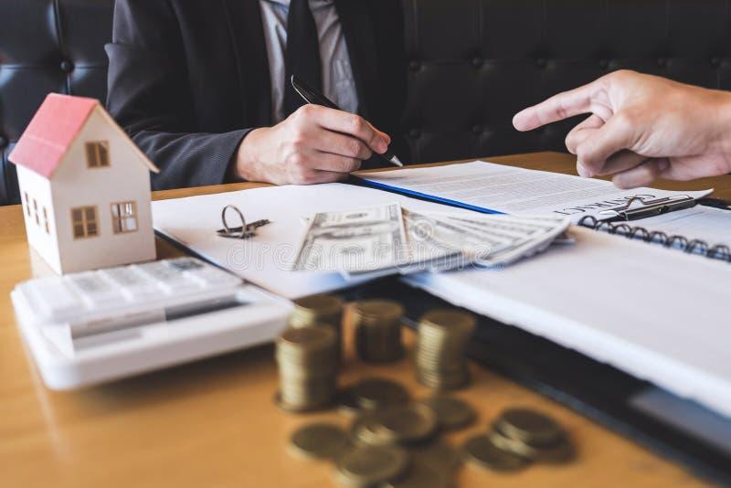 Presentazione ed attesa del mediatore dell'agente immobiliare al cliente dopo la firma del bene immobile del contratto di accordo fotografia stock