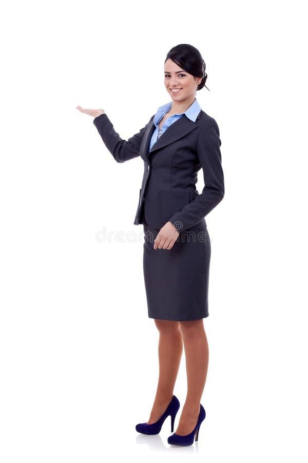 Presentazione sorridente della donna di affari immagine stock