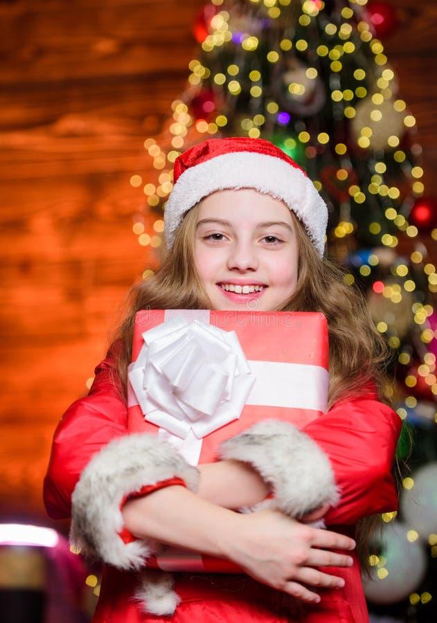 Presente aberto Momentos felizes Dias de inverno Compras e vendas O Natal é hora de dar Camismas da atmosfera festiva foto de stock royalty free