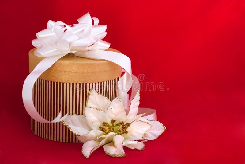 Presente agradàvel decorado no fundo vermelho imagens de stock