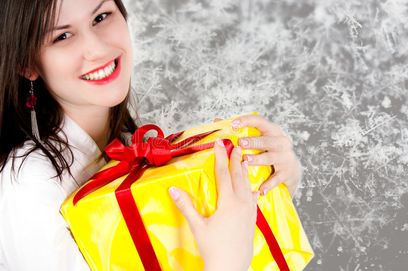 Presente alegre da terra arrendada da menina fotografia de stock royalty free