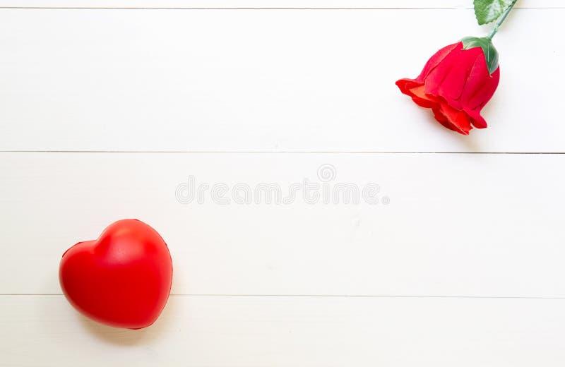 Presente atual com forma cor-de-rosa vermelha da flor e do coração na tabela de madeira, o 14 de fevereiro do dia do amor com esp foto de stock royalty free