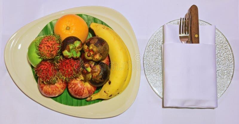 Presente bem-vindo do fruto em um hotel de luxo imagens de stock