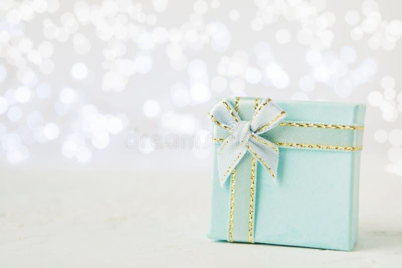 Presente blu del nuovo anno o di Natale con l'arco fotografia stock