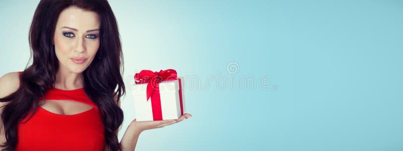 Presente bonito da posse do retrato da mulher na cor do Natal imagem de stock