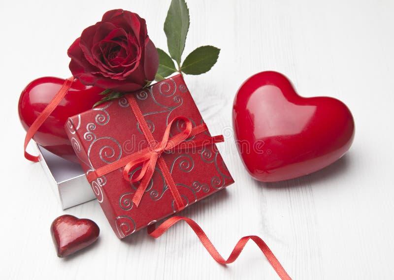 Presente bonito do Valentim com Rosa vermelha fotografia de stock