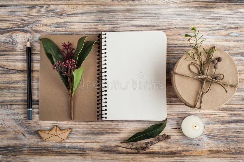 Presente, caderno aberto e decoração da flor fotografia de stock royalty free