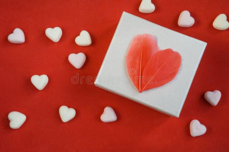 Presente, caixa branca com coração vermelho foto de stock royalty free