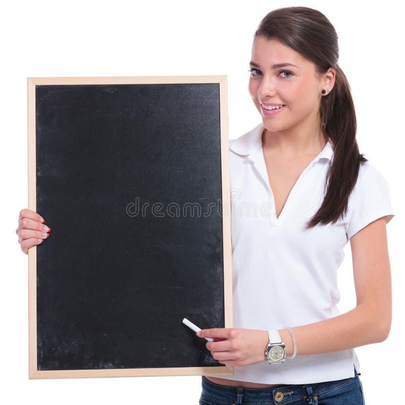 Presente casuali della donna sulla lavagna immagine stock