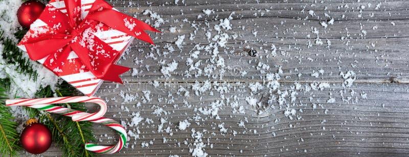 Presente coberto de neve do Natal com ramos de árvore e decorações o fotos de stock royalty free