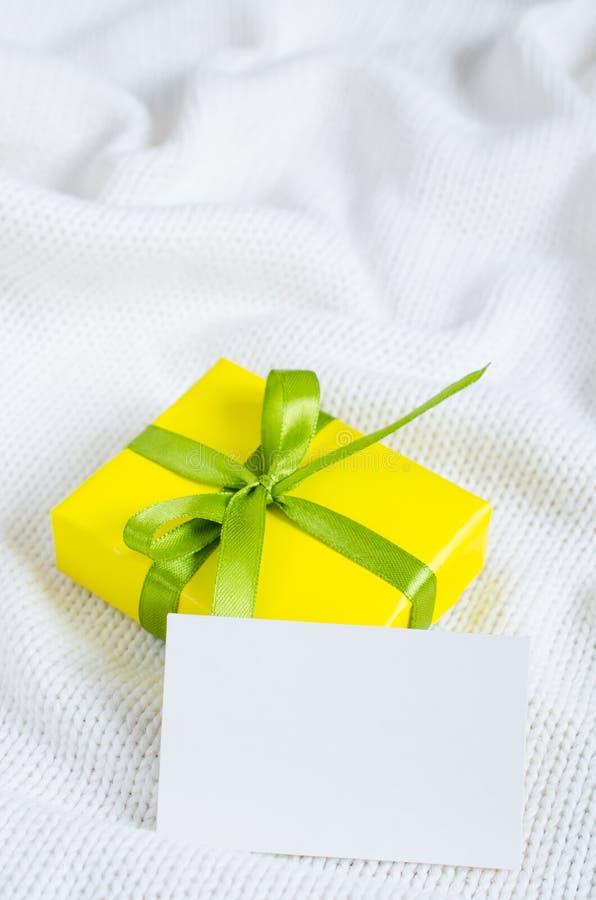 Presente com o cartão vazio no fundo Knitted imagem de stock