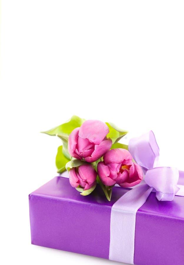Presente con las flores fotos de archivo libres de regalías