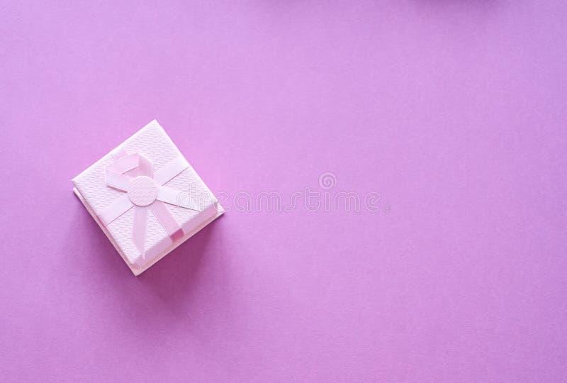 Presente cor-de-rosa com fita cor-de-rosa fotografia de stock