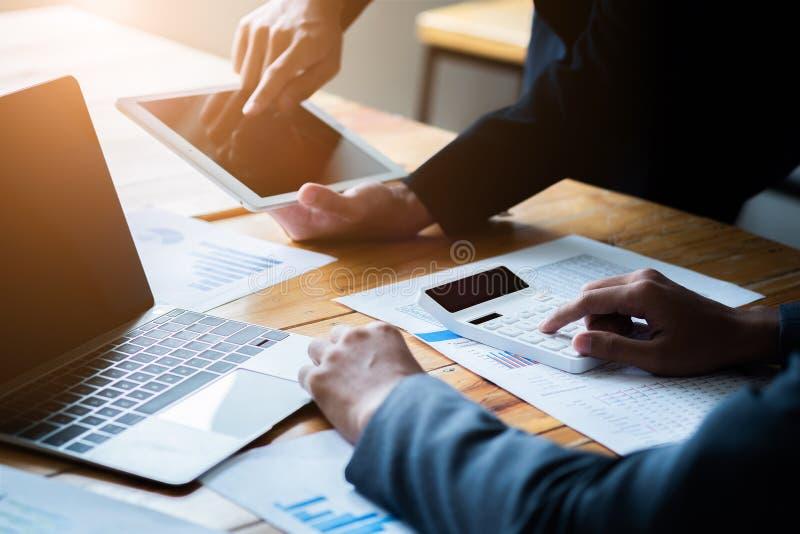 Presente da equipe do neg?cio Os executivos novos têm a reunião e o trabalho no escritório moderno Portátil, tabuleta e documento fotografia de stock