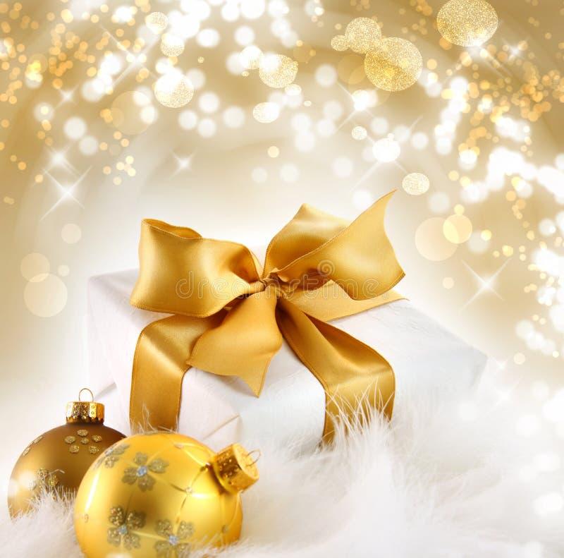 Presente da fita do ouro com fundo do feriado imagens de stock