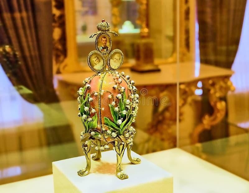 Presente da Páscoa do ovo de Faberge à família imperial foto de stock