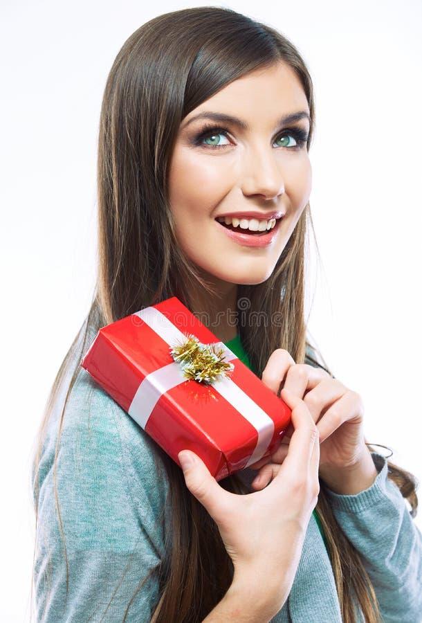 Presente da posse do retrato da jovem mulher no estilo da cor do Natal Smili imagem de stock royalty free