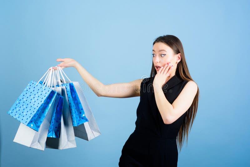 Presente da surpresa do feliz aniversario F?rma e beleza Saco de compra Vendas grandes pacote sensual da compra da posse da mulhe imagem de stock royalty free