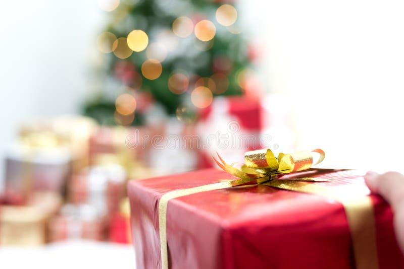 Presente da terra arrendada da m?o no evento do dia de Natal Conceito do partido do Xmas e do ano novo fotos de stock