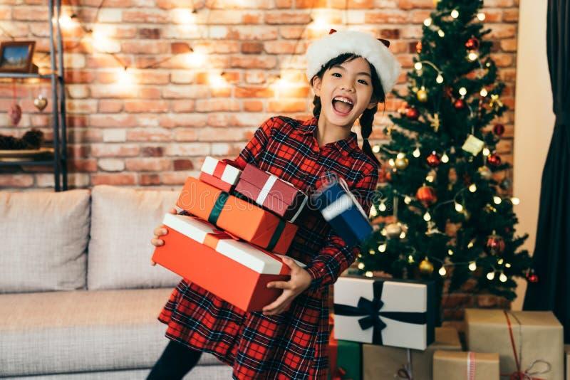 Presente da terra arrendada da menina no feriado do Natal em casa foto de stock royalty free