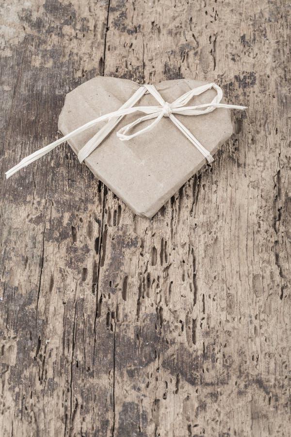 Presente dado forma coração no fundo de madeira fotografia de stock royalty free