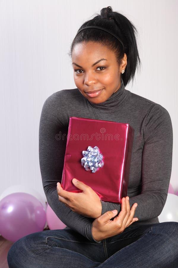 Presente de aniversário para a menina nova do americano africano imagem de stock royalty free