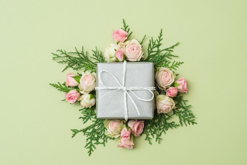 Presente de aniversário de prata da decoração dos galhos das rosas da caixa de presente fotografia de stock royalty free
