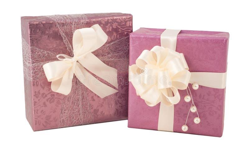 Presente de casamento cor-de-rosa roxo da caixa de presente isolado imagens de stock royalty free