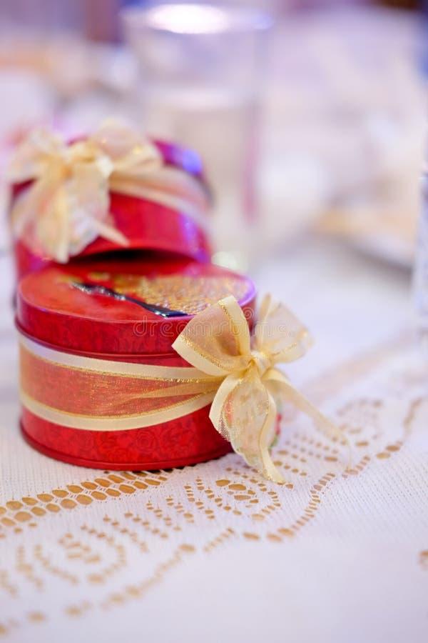 Presente de casamento para o convidado imagens de stock