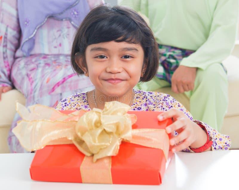 Presente de cumpleaños asiático de la familia imagen de archivo libre de regalías