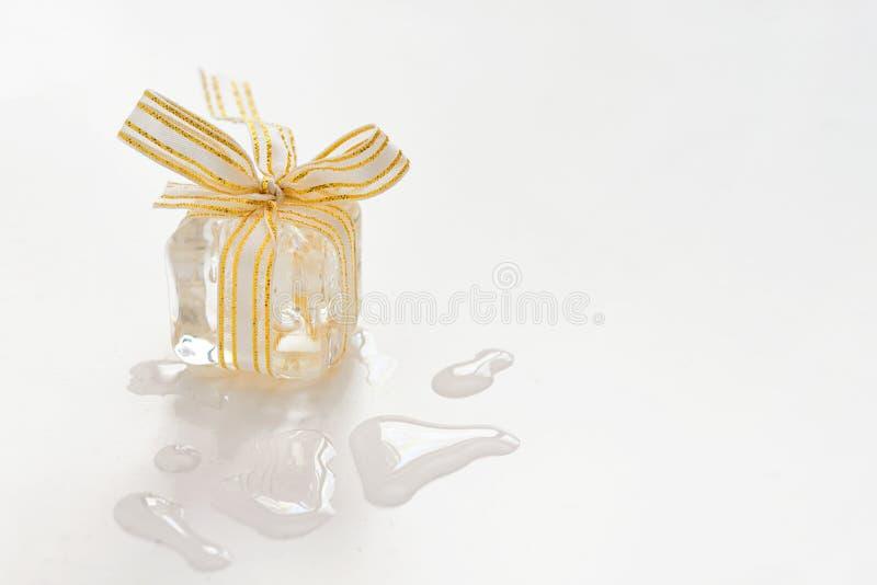Presente de derretimento do cubo de gelo fotos de stock royalty free