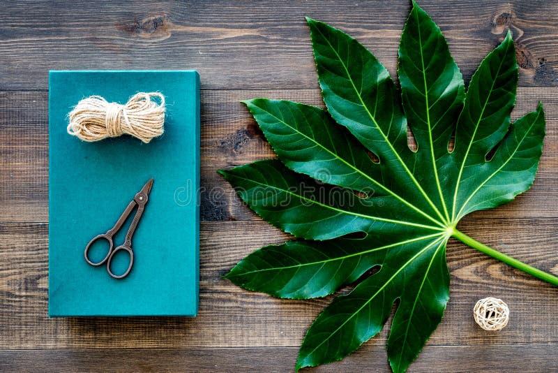 Presente de empacotamento Caixa de presente de turquesa, sciccors, cabo fino na opinião superior do fundo de madeira escuro foto de stock royalty free
