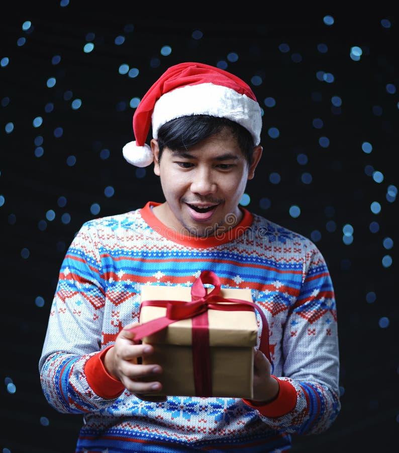 Presente de la caja de la Navidad de la tenencia del traje de la Navidad del hombre que lleva fotos de archivo