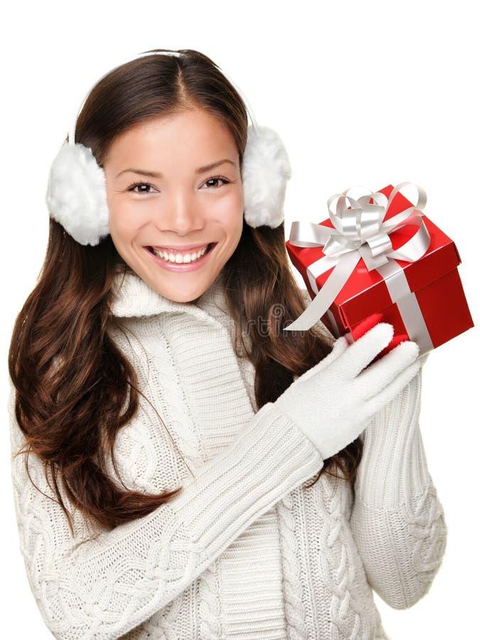 Presente de la explotación agrícola de la muchacha del invierno de la Navidad fotografía de archivo libre de regalías