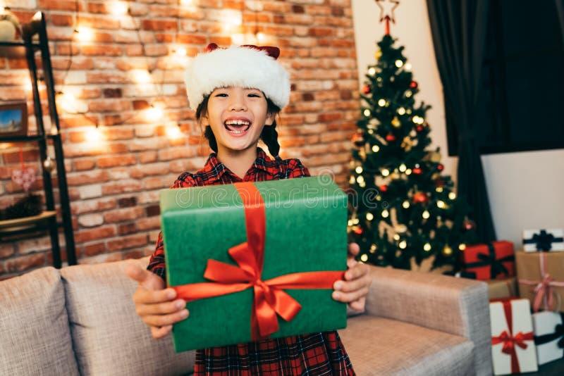 Presente de la tenencia del niño hermoso que muestra sonrisa grande foto de archivo libre de regalías
