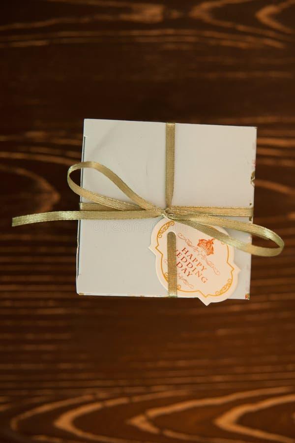 Presente de madeira do presente da decoração do casamento fotografia de stock