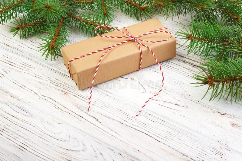 Presente de Natal com os bastões de doces no fundo de madeira escuro imagens de stock royalty free