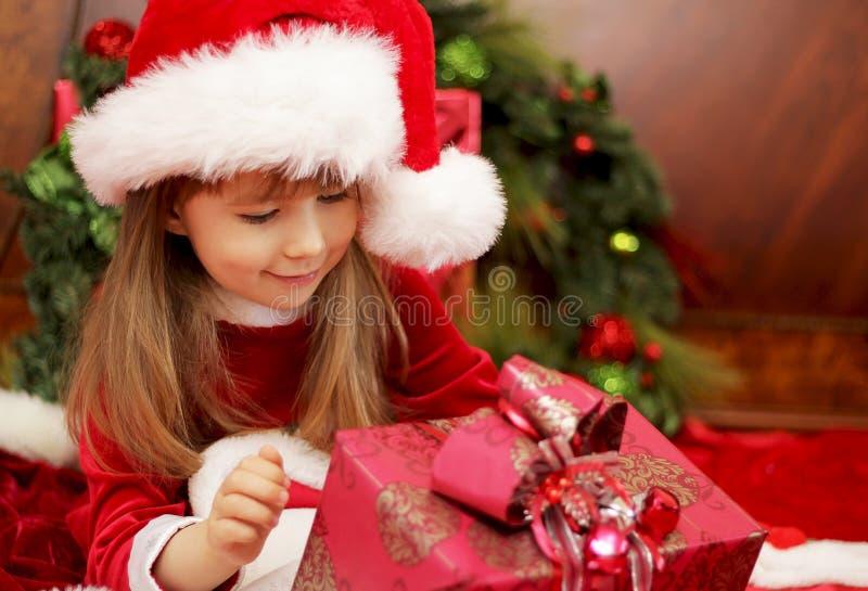 Presente de Natal da abertura da menina imagem de stock