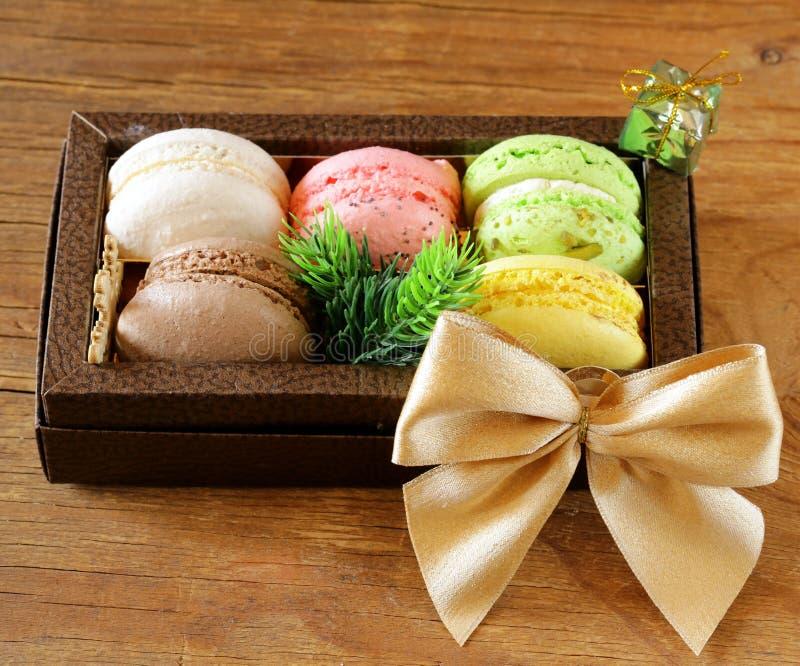 Presente de Natal doce dos bolinhos de amêndoa franceses multicoloridos fotos de stock