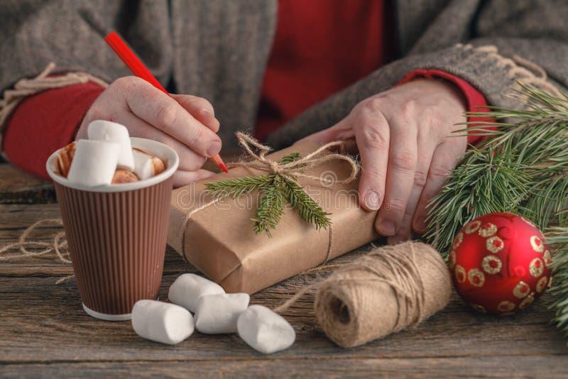 Presente de Natal em um close up de madeira da tabela No fundo, fotografia de stock royalty free