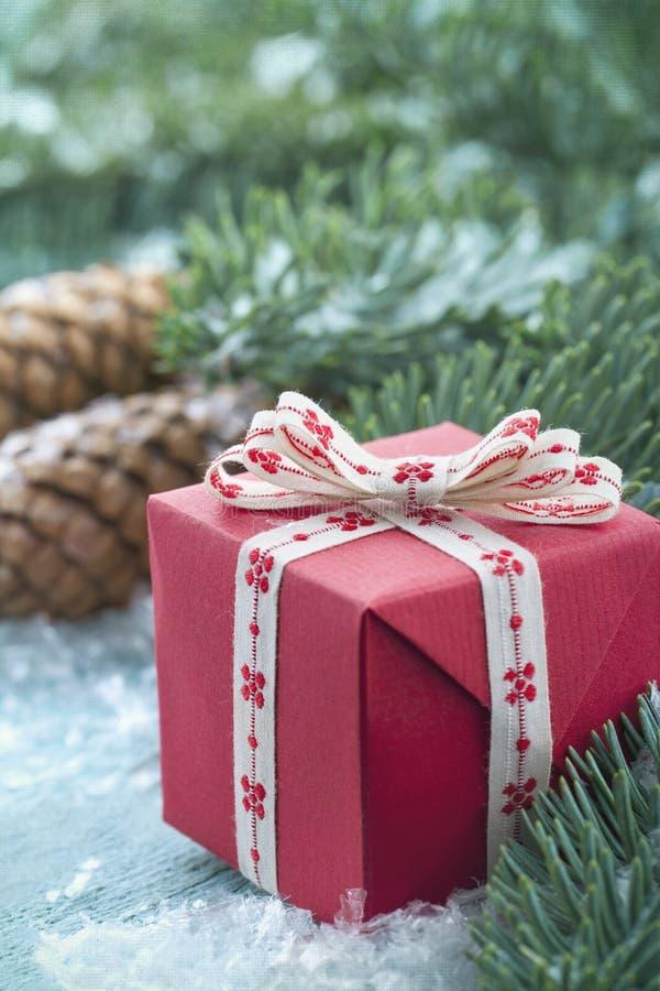 Presente de Natal em um fundo de madeira azul foto de stock
