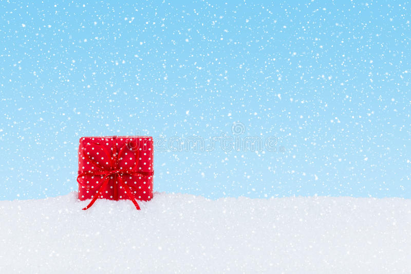 Presente de Natal na neve fotos de stock