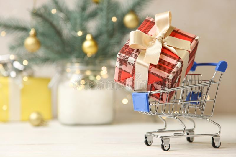 Presente de Natal no trole do mantimento fotos de stock