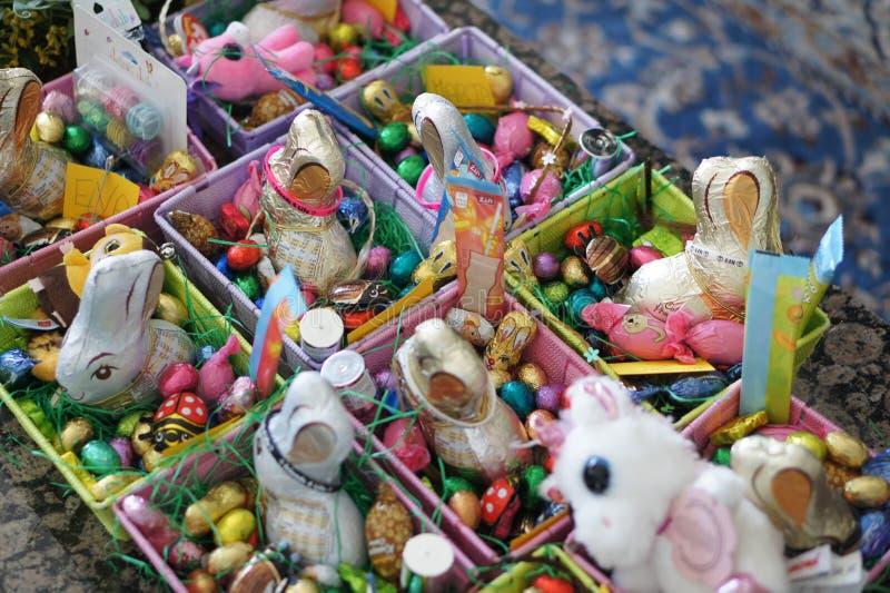 Presente de Pascua, huevos de chocolate y conejos foto de archivo libre de regalías